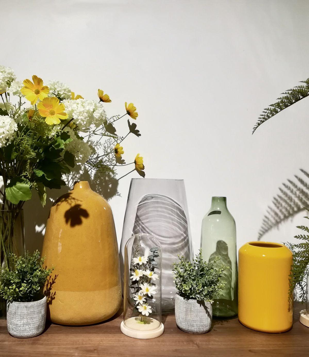 Déco couleur jaune moutarde salon vase accumulation décoration champêtre marguerite vitrine diy