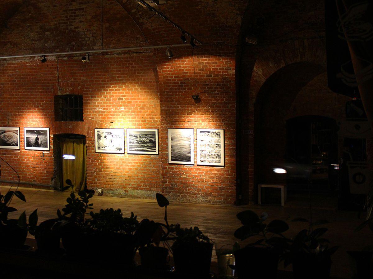 Вид на выставку через окно с улицы. Фото Евгении Шведы