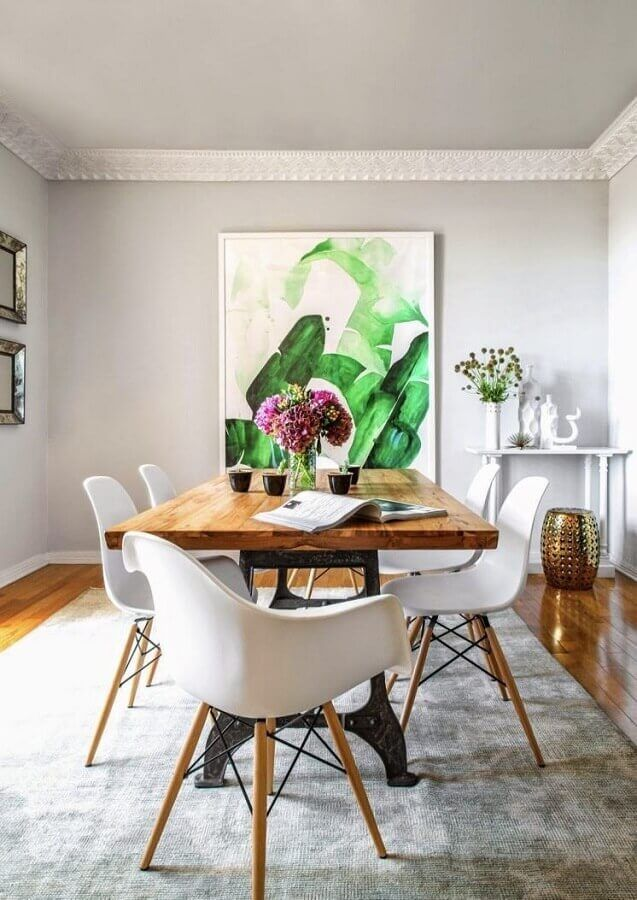 mesa com cadeira branca para decoração de sala de jantar com tapete cinza e quadro grande #cadeirabranca #cadeirabrancajantar #cadeirabrancaquarto