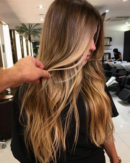 mechas rubias en pelo castaño, modelo en la peluquería con puntas rubias, mechas californianas #OmbreHairColor