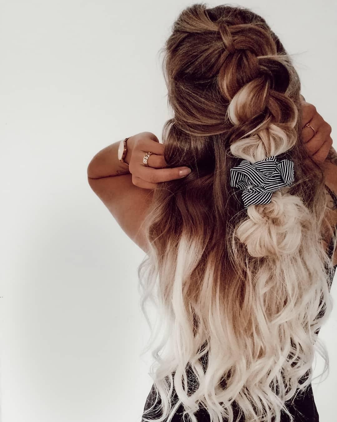 Clip-on hair extensions – Long hair in 5 minutes, a complete set to get the hair of your dreams ✨ You can play with dimensions and volume. @ohheylisa__ in one of our ombre colored clip-on set #rapunzelofsweden #hairextensions #braid #hairstyle #goals #hairinspo
