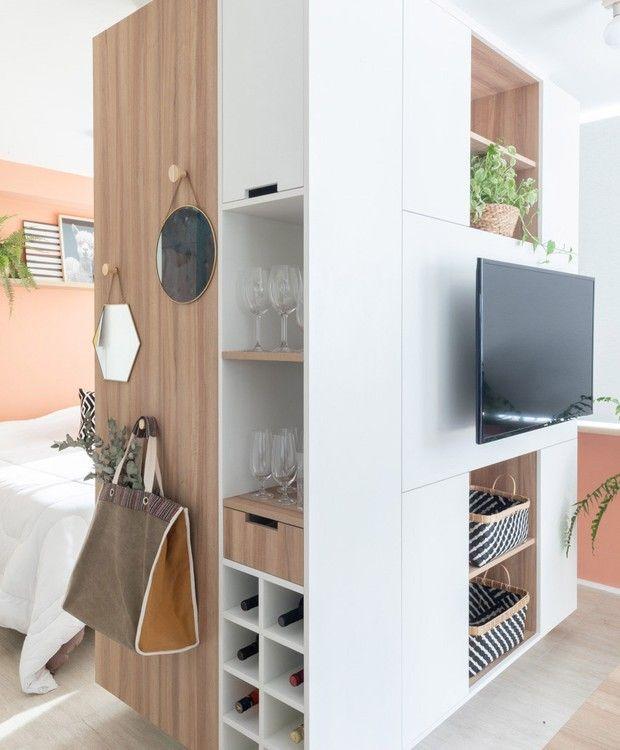 Móvel multifunção setoriza ambientes de apartamento de 35 m²