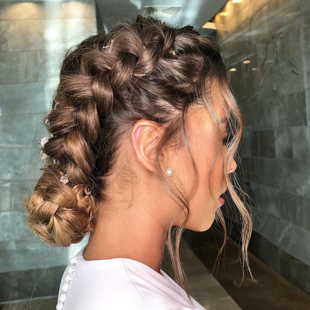 Festival Brides sur Instagram : Goddess-worthy with that low braided bun ☁✨ ⠀⠀⠀⠀⠀⠀⠀⠀⠀ Hair: @dvir_tvik MUA: @shanibaruch_makeup Earrings: @cassoutojewels