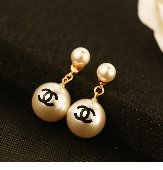 Earring with pearls by Chanel