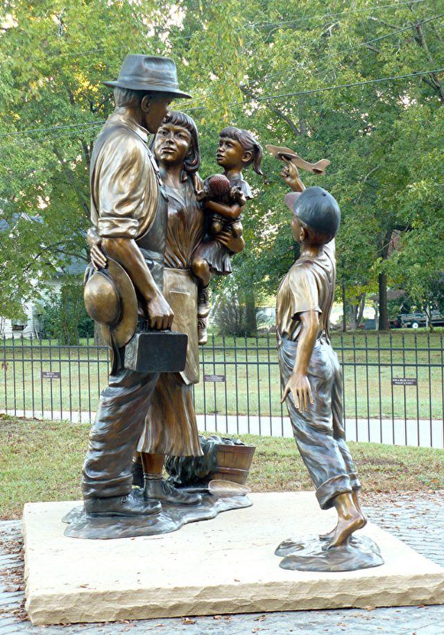 Heróis desconhecidos (e vôo da fantasia). Bronze. Gary Alsum (escultor americano). Encontrada em Bauxite, estado de Arkansas e Brighton, estado do Colorado, USA. Homenagem aos mineiros e suas famílias pelo esforço de guerra durante a II Guerra Mundial.