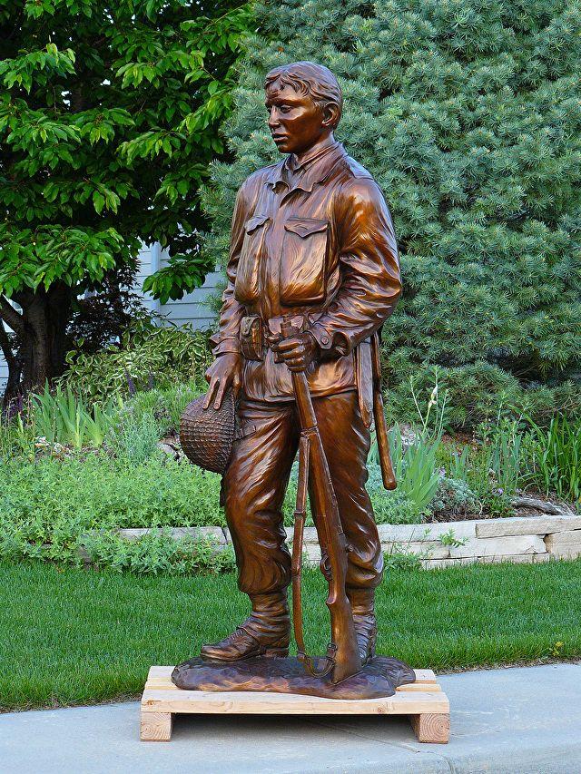 Honra. Bronze. Gary Alsum (escultor americano). Em honra dos soldados comuns da II Guerra Mundial. Encontrada em Rector, estado de Arkansas, USA.