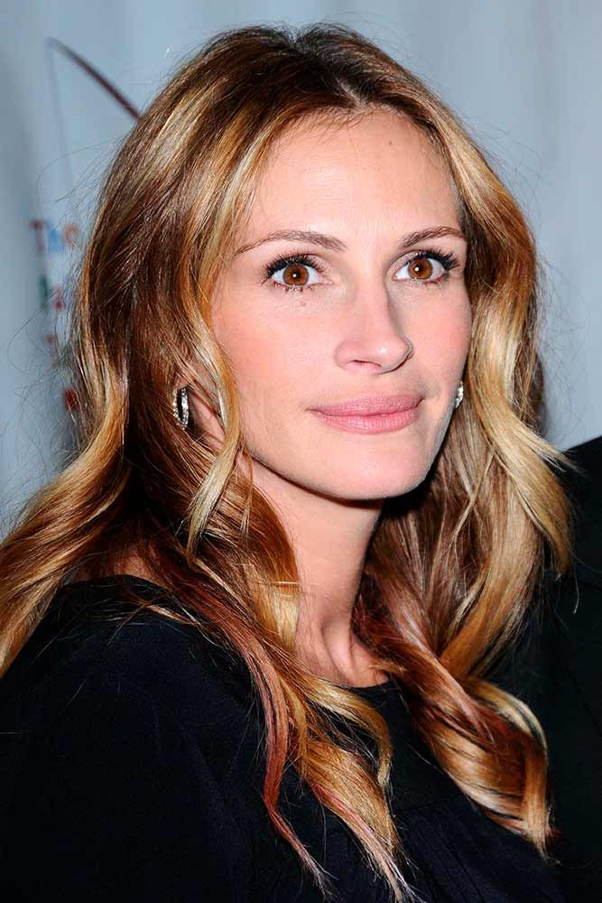Wavy Brown Hair With Gold Blonde Highlights #wavyhairstyles #juliaroberts ★ Light and dark brown hair with highlights and lowlights looks spectacular. Discover trendy color ideas for short and long hairstyles. #glaminati #lifestyle