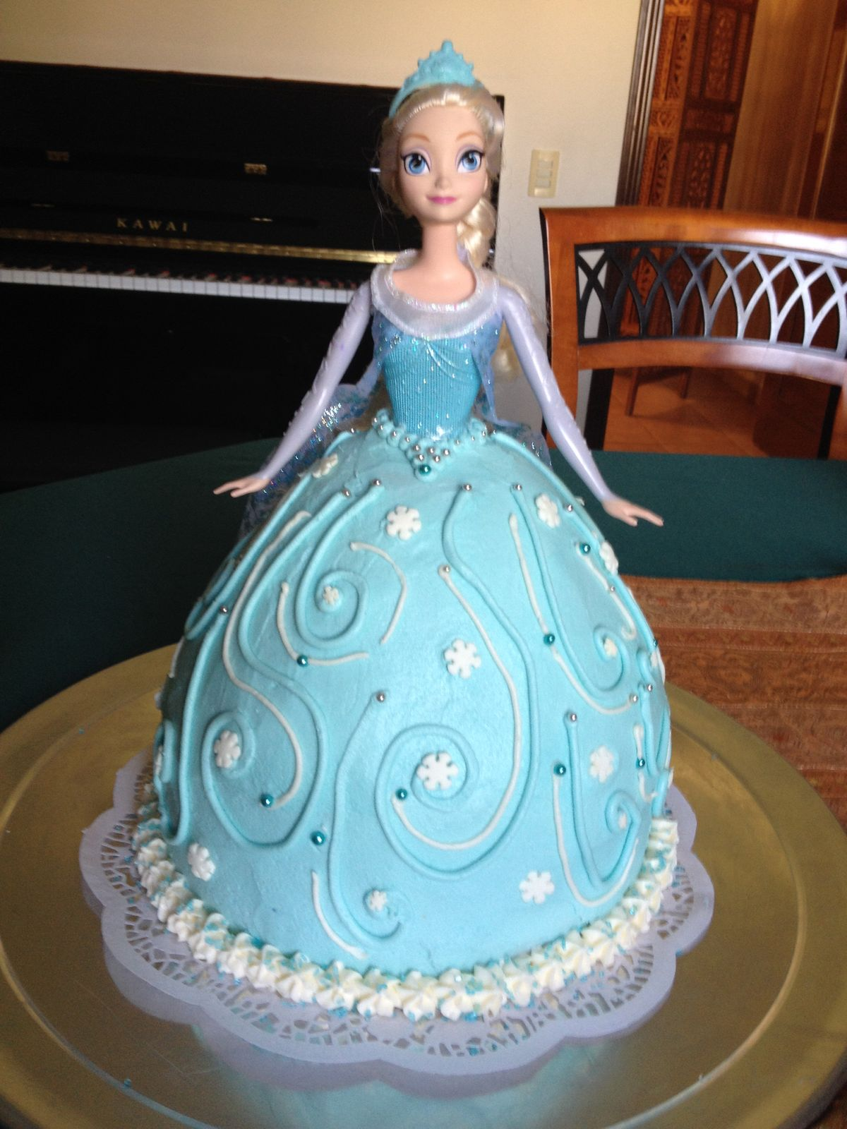 Disney Frozen Elsa Cake! This and an Anna doll cake is