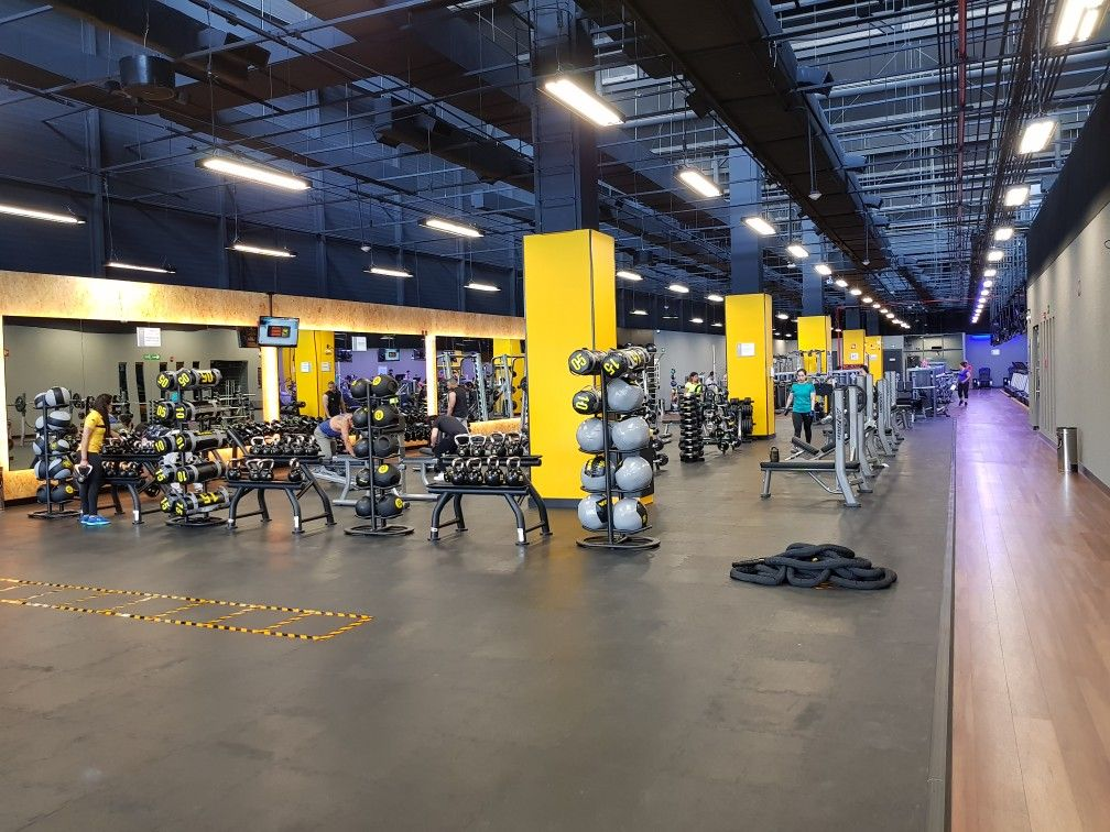 Smart Fit Gym In Mexico City Gym Design Luxury Gym Gym Decor