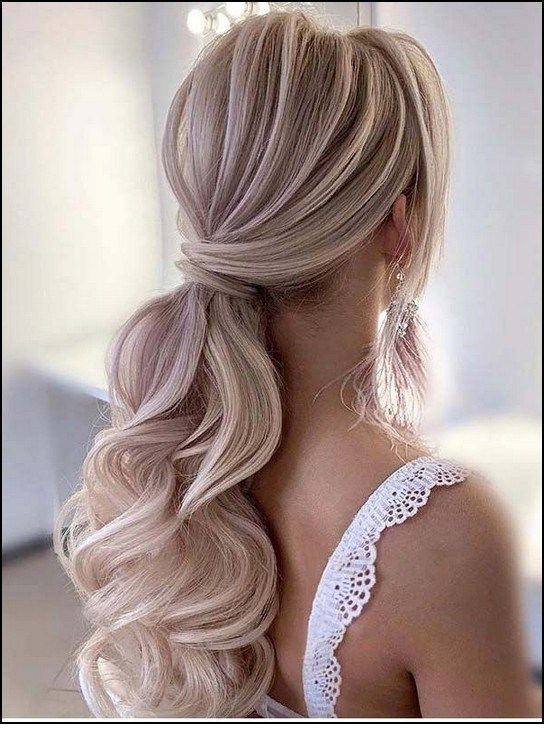 Sweet low ponytail with curls