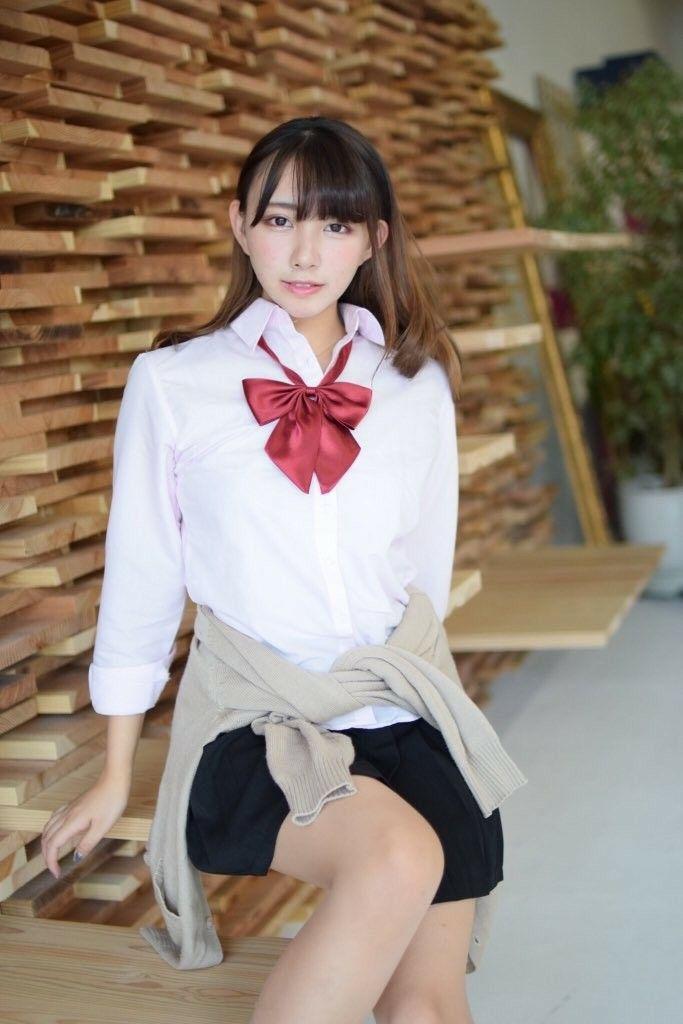 ミニスカート姿の高野麻里佳さん
