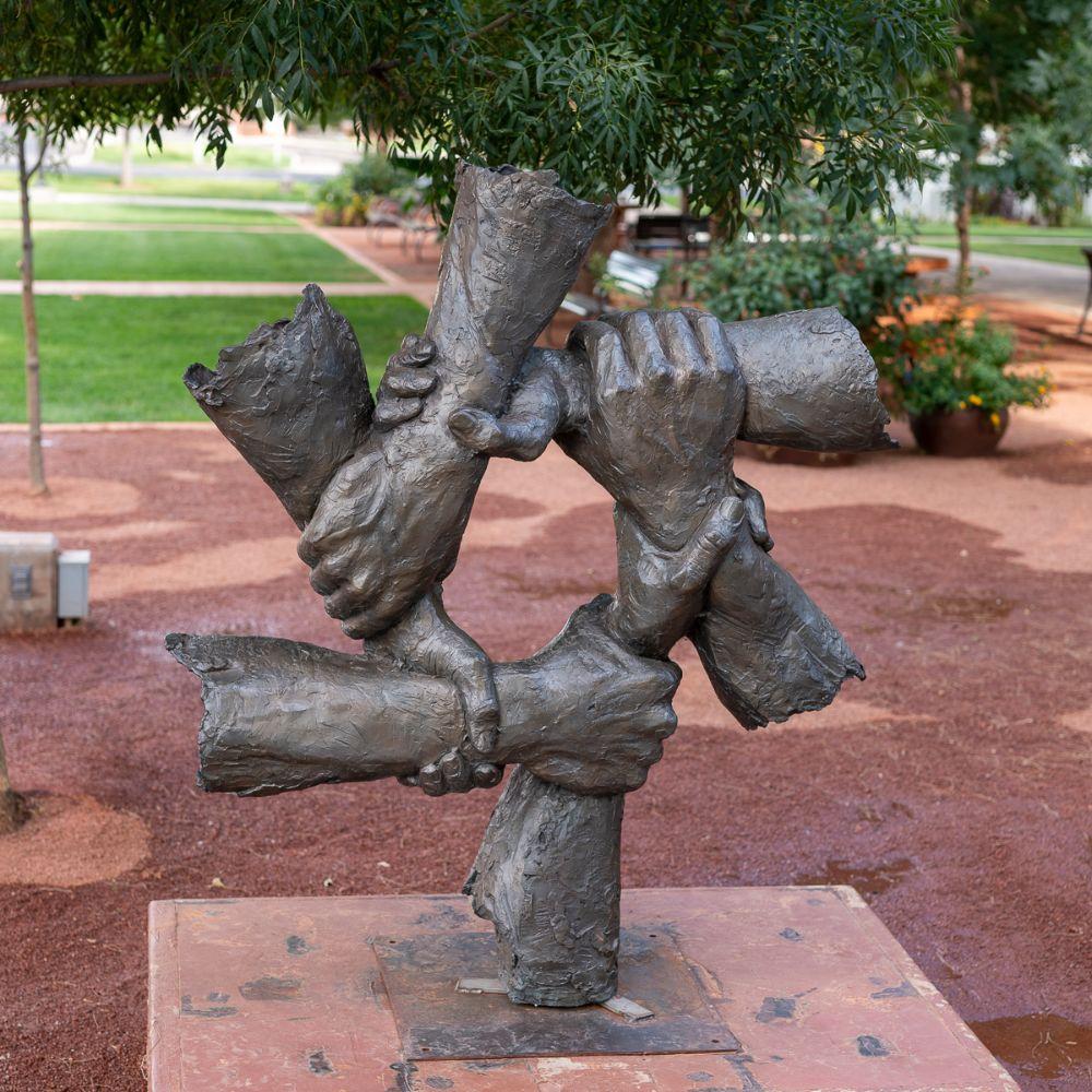 Sinergia. 2019. Bronze. Gary Lee Price (Twin Falls, ID, USA, 02/05/1955 - ). Encontrada na Fundação Art Around the Corner em St. George, estado de Utah, USA.