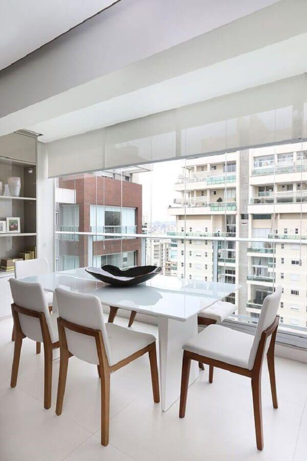 varanda decorada com mesa com cadeira branca #cadeirabranca #cadeirabrancajantar #cadeirabrancaquarto