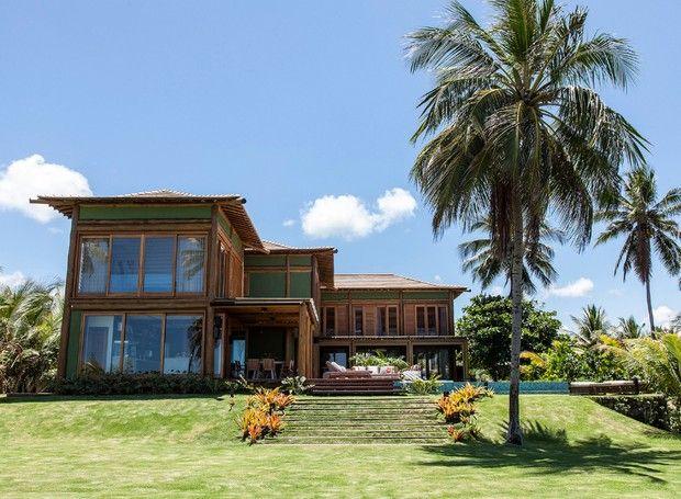 Casa de praia prioriza arquitetura e tem madeira como protagonista