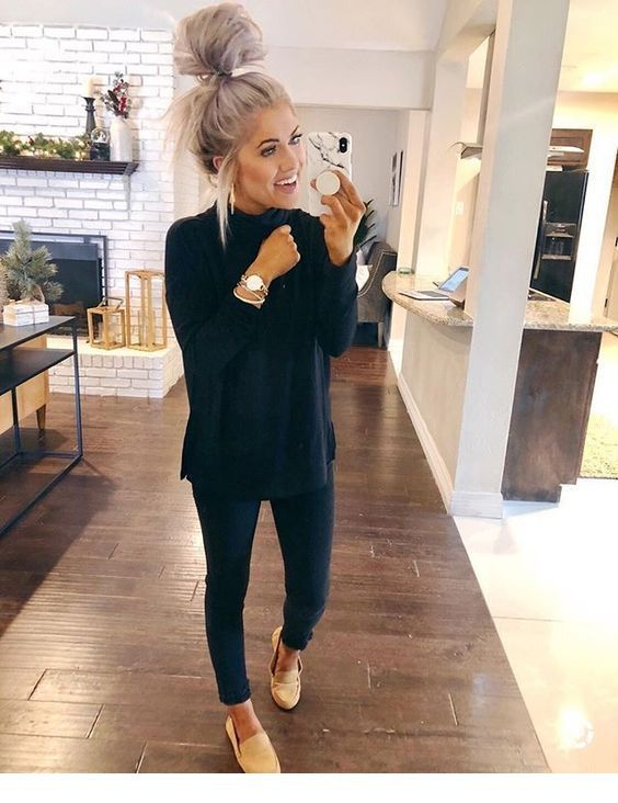 Black outfit for fall, beige shoes