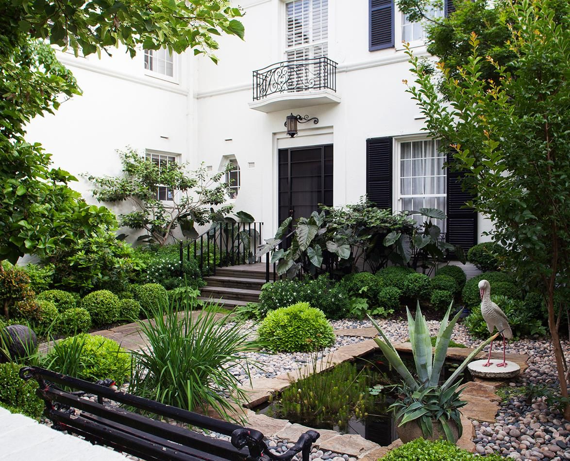 A structured garden with loose planting might seem like a contradiction, but here it works like a dream. Take a look!