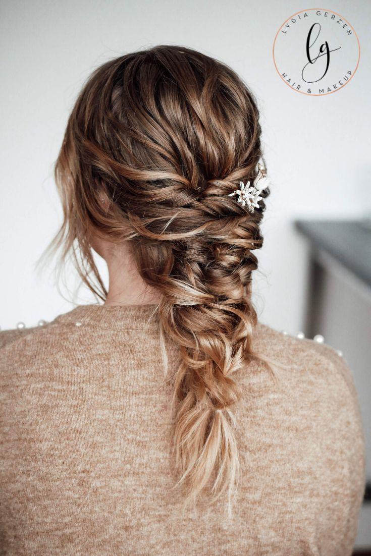 Brautfrisur: Deine Kundin kann sich nicht entscheiden, ob sie die Haare offen oder geschlossen tragen möchte? Mit diesem Video schlägst du drei Frisuren mit einer Klappe: – offene luftige, sehr natürliche Locken – Halboffene Brautfrisur – Mermaidbraid Schritt für Schritt führe ich dich durch die Erstellung dieser Frisur. #mermaidbraid #brautfrisur #videotutorial