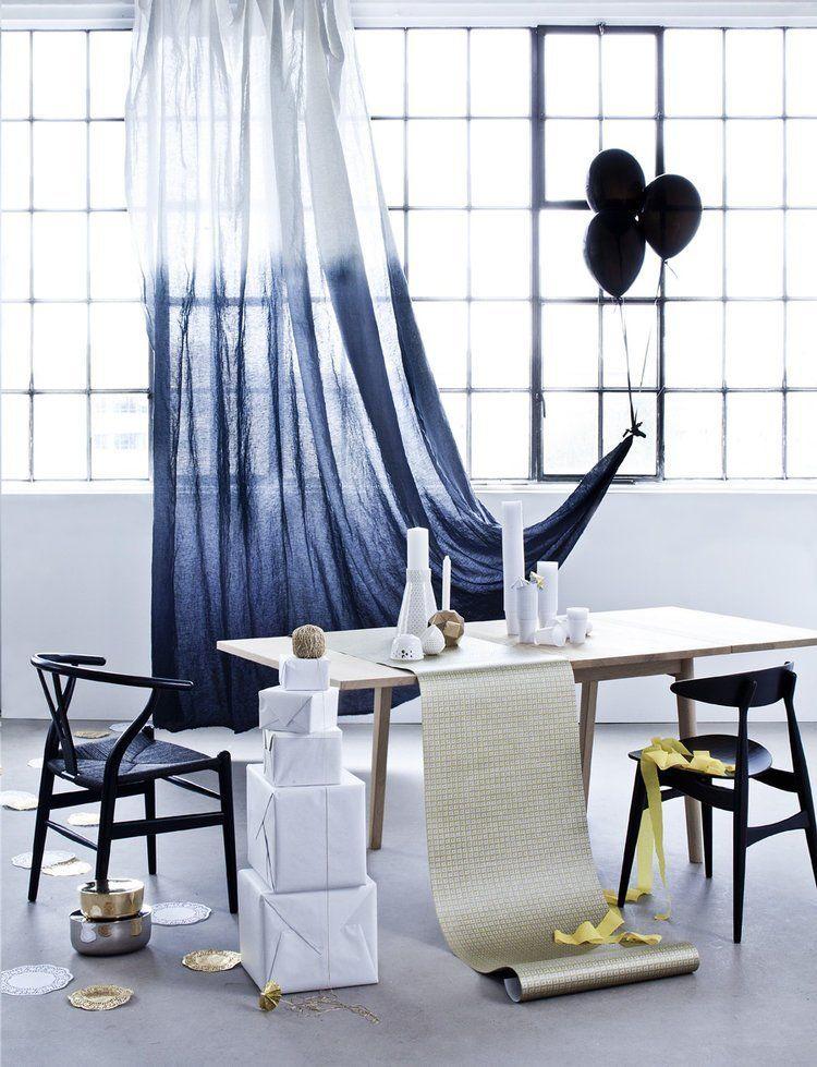 salle à manger à la déco minimaliste bleue marine et blanche