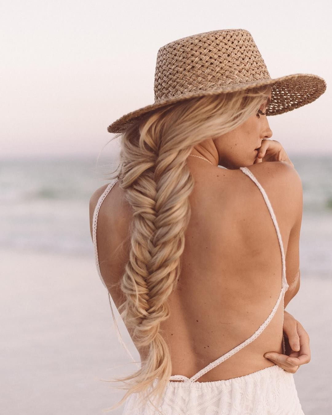 Beach braid 🌊 @alexisjadekaiser w/ @bombshellextensions 🌈