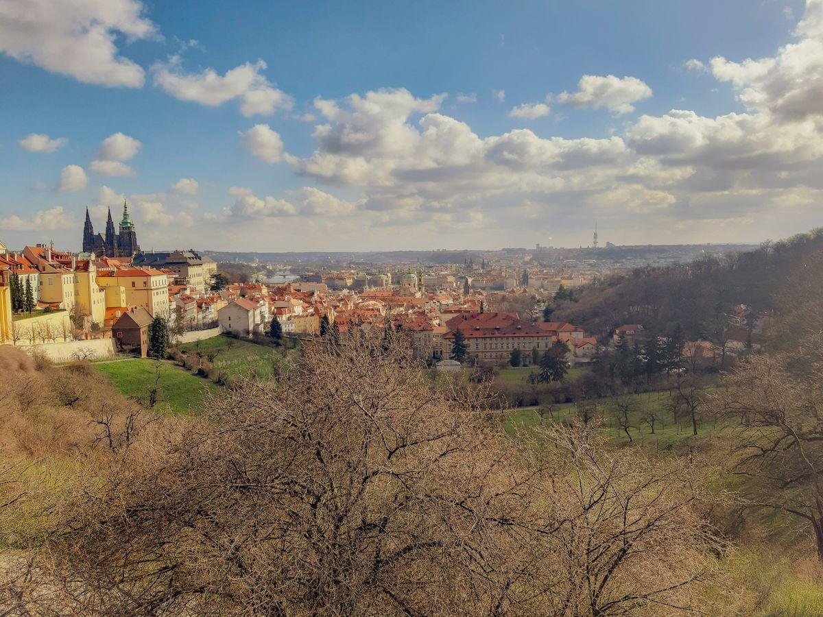 За Страговским монастырем, вид с Гратчан на Прагу