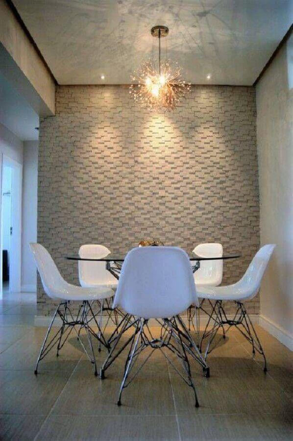 sala de jantar decoradea com revestimento 3d e cadeira branca para mesa de vidro #cadeirabranca #cadeirabrancajantar #cadeirabrancaquarto