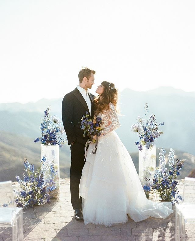 This celestial wedding inspiration that was truly written in the stars! With hues of onyx and azure blue each sparkling detail oozes an ethereal romance. photo @rebeccayale planning @theelegantninja florals @poppydesignco venue @maliburockyoaks @moniquelhuillierbride bridal salon @kinsleyjamescouturebridal hair accessories @jenniferbehr shoes @giuseppezanotti jewels @TheBealine hair makeup @makeuptherapy stationery @cecilespaperco cake @frostitcakery linens @latavolalinen #styledshoot #calif