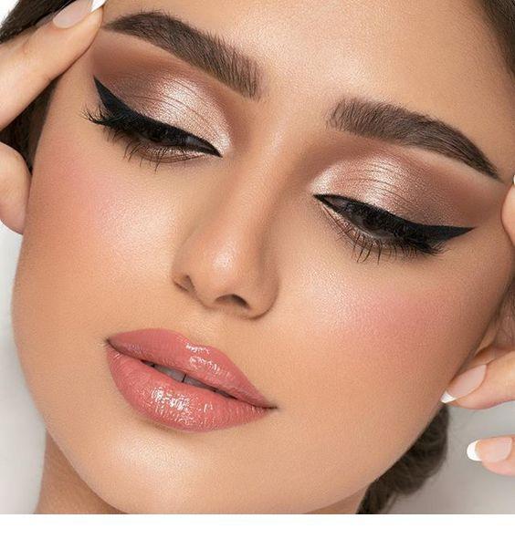 An amazing eye makeup, pink lips