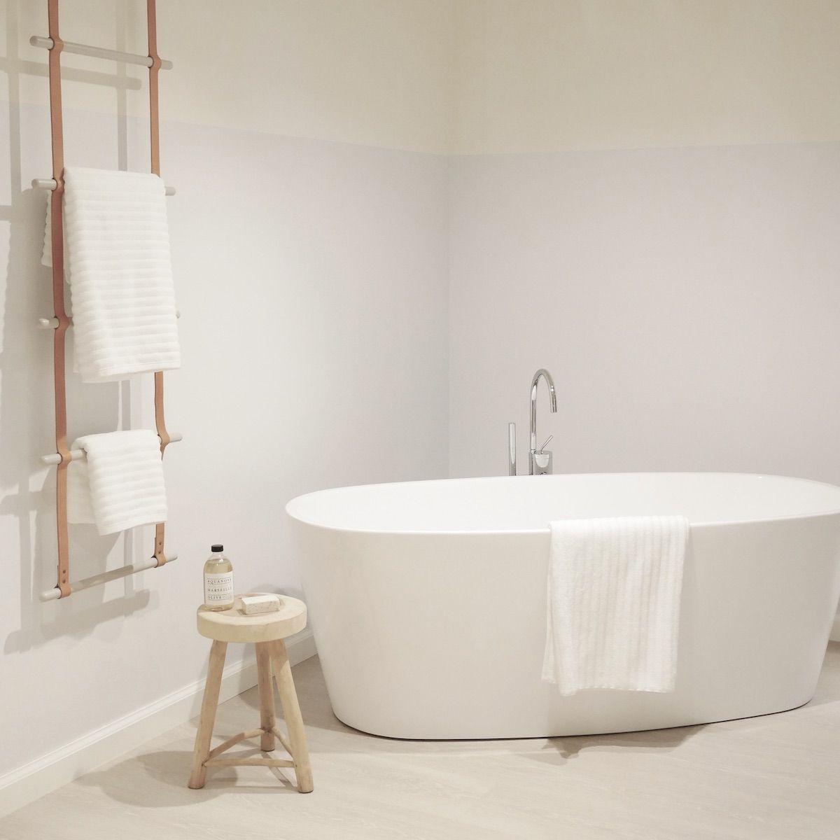 salle de bain minimaliste baignoire ilot blanche mate hygge slow life