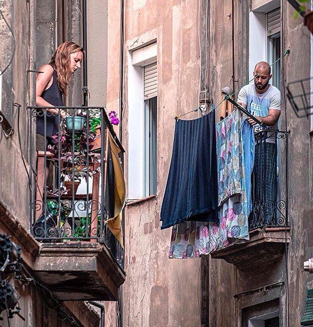 Bom Dia! Essa é pra vc que reclama da varanda pequena e da proximidade com o vizinho. A vida é bela em Barcelona  ( Tô nem falando do risco estrutural...)   @nicanorgarcia