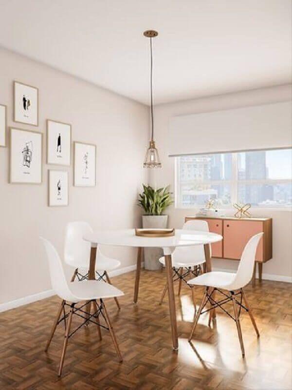 sala de jantar decorada com mesa redonda e cadeira eames branca #cadeirabranca #cadeirabrancajantar #cadeirabrancaquarto