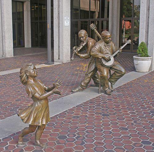 Dança apalache. Bronze. Gary Alsum (escultor americano). Encontra-se na entrada do Centro Cívico de Asheville, estado da Carolina do Norte, USA.  Fotografia: no Flickr.