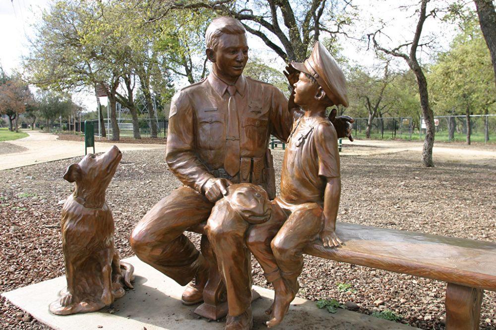 Saudando um herói (e um Labrador Negro). Bronze. Gary Alsum (escultor americano). Encontrada em San Jose, estado da  Califórnia, USA.