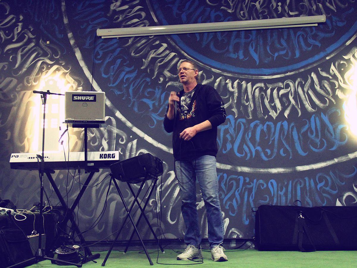 Вадим с песней собственного сочинения на квартирнике «Закулисье». Фото: Evgeniya Shveda