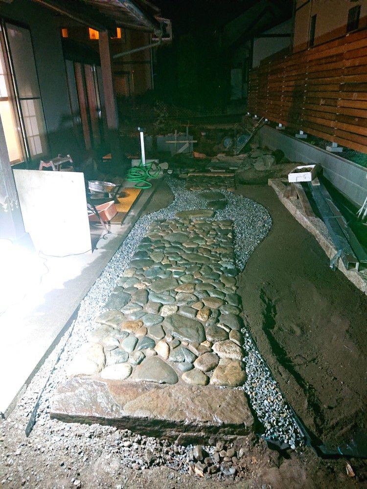 たまたま頂いたカーポート用ポリカボネードの新品が家に余ってたので専用のカッターで20センチ位に切り砂利と苔を植える場所を区切りました 砂利は一般に使われてる石灰混じりの25ミリ砕石 これをひたすらふるいにかけて 結構根気が要ります 笑 石と砂と石灰を分け 化粧
