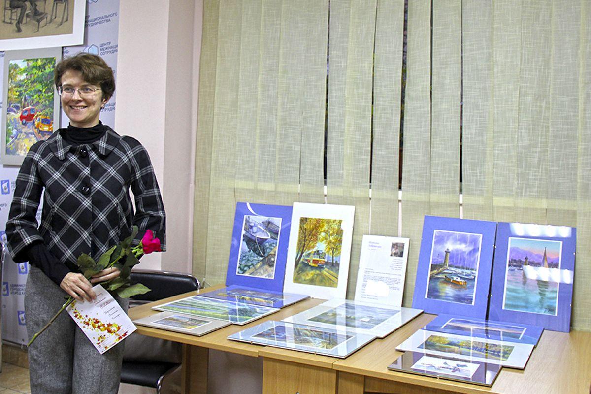 Татьяна Лебединская на фоне своих работ на выставке в Калининграде. Фото Жени Шведы