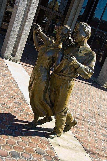 Dançando. Bronze. Gary Aslum (escultor americano). Encontra-se na entrada do Centro Cívico de Asheville, estado da Carolina do Norte, USA.  Fotografia: Scott L. Robertson.