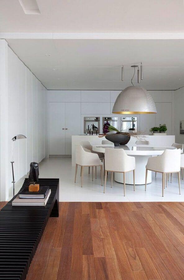 mesa com cadeira branca para decoração de sala de jantar moderna com grande pendente prata #cadeirabranca #cadeirabrancajantar #cadeirabrancaquarto