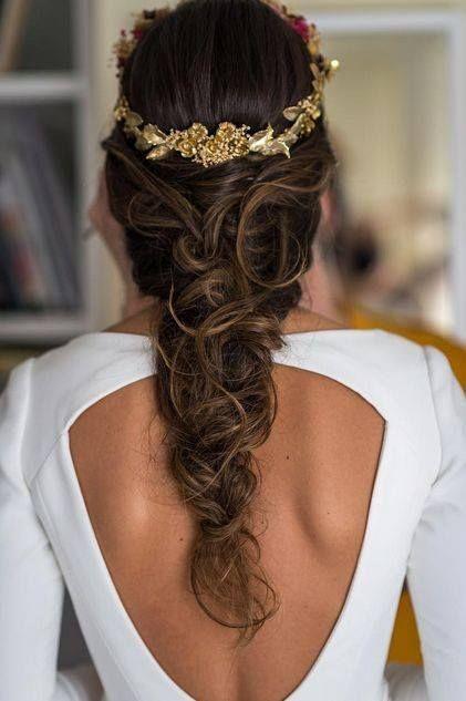 lookazo de novia para el gran día, precioso peinado con corona dorada, ¿quieres ver más?