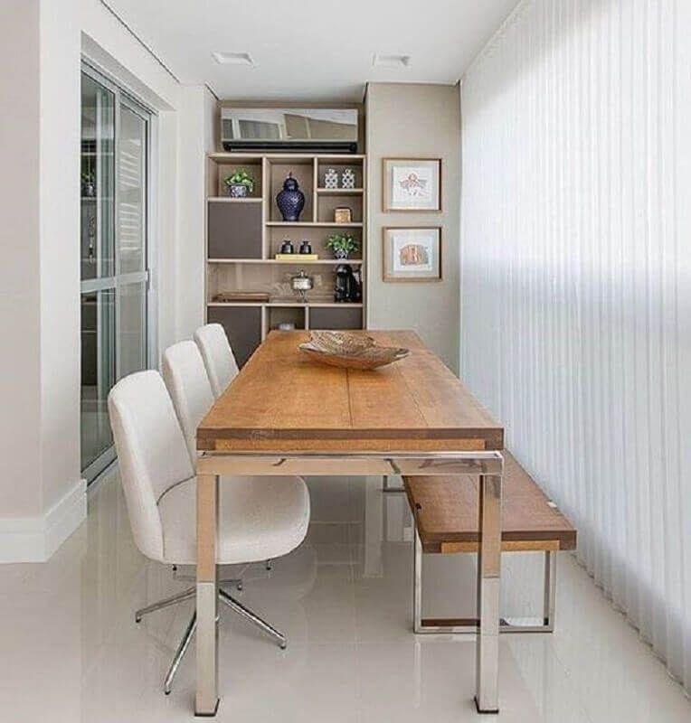 varanda gourmet decorada com cadeira branca e banco de madeira #cadeirabranca #cadeirabrancajantar #cadeirabrancaquarto