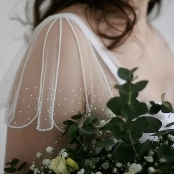 Romantic details for the wedding dress