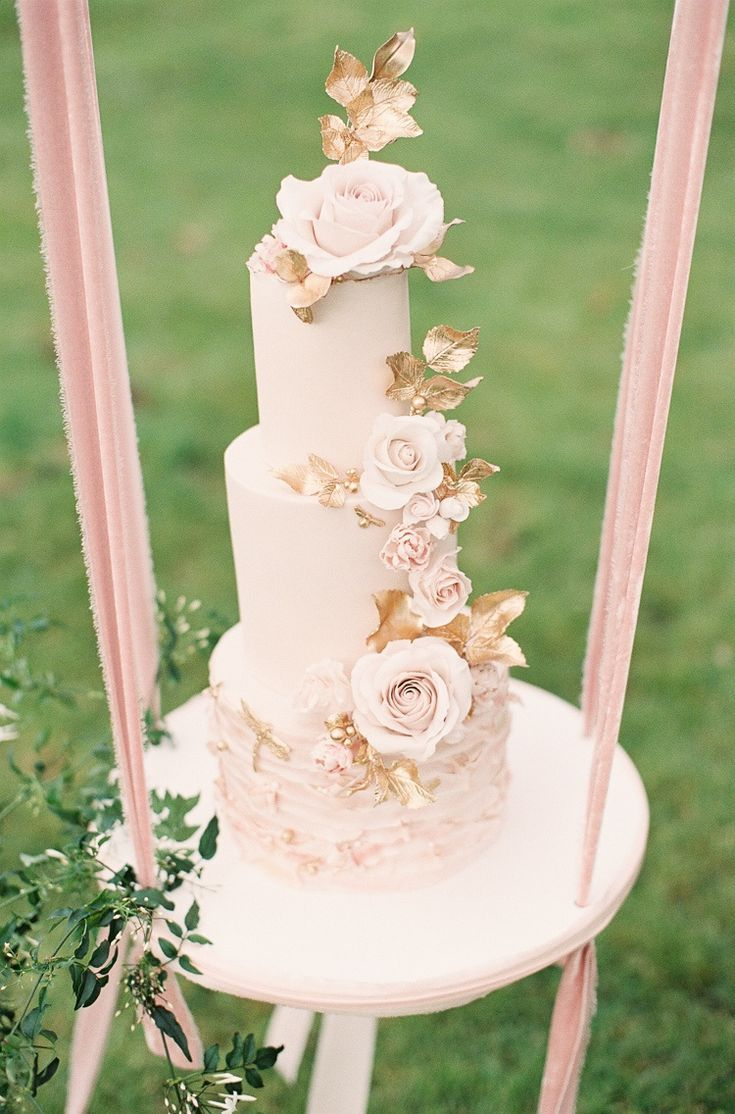 We have wholeheartedly ascribed to the cake swing way of life. These suspended treats make quite the statement and tbh, cake in the air is cake unparalleled #ruffledblog