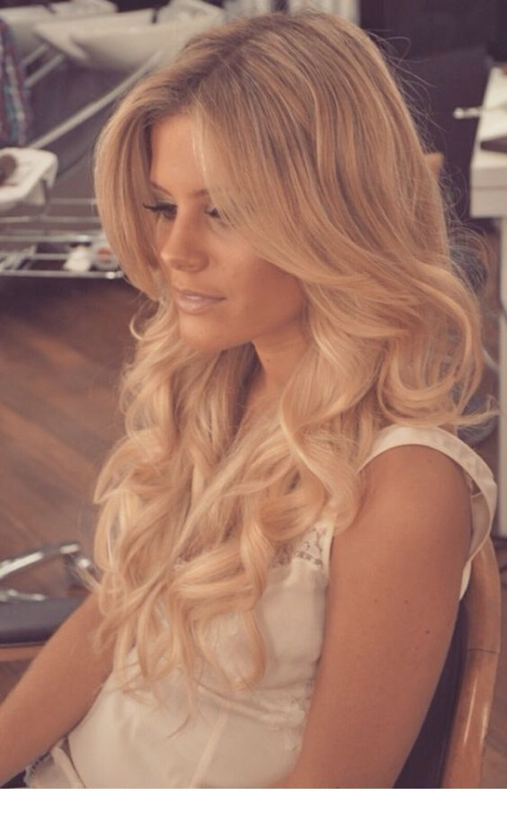 Amazing blonde curls and the perfect makeup