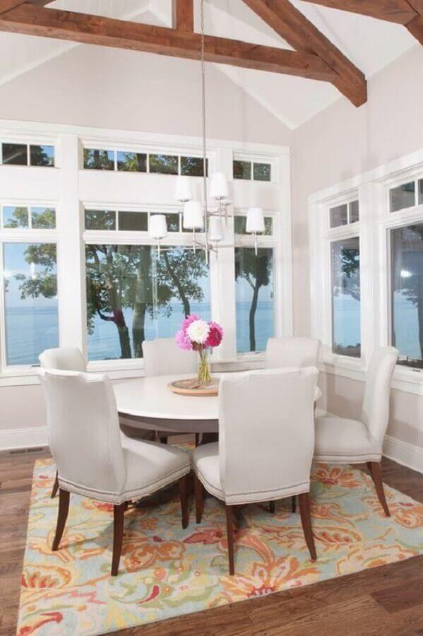 mesa com cadeira branca para sala de jantar com amplas janelas #cadeirabranca #cadeirabrancajantar #cadeirabrancaquarto