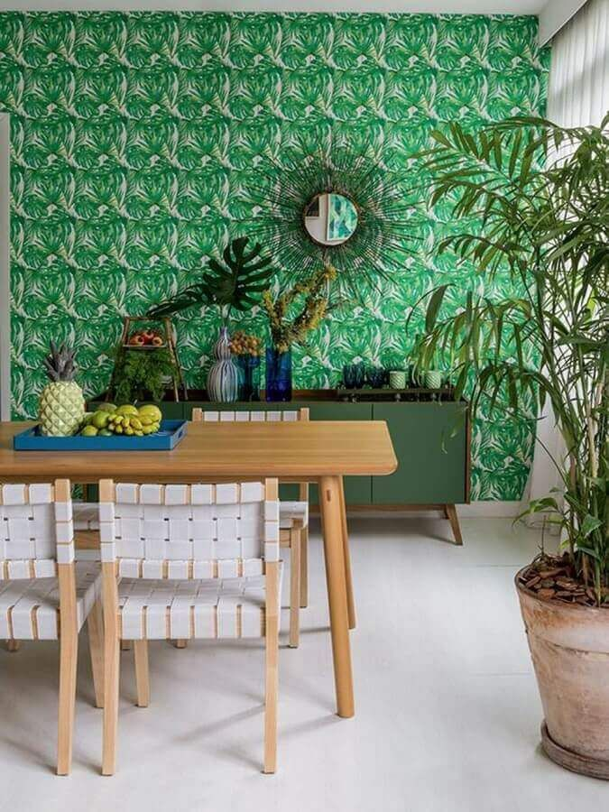 sala de jantar decorada com cadeira de madeira branca e papel de parede verde #cadeirabranca #cadeirabrancajantar #cadeirabrancaquarto
