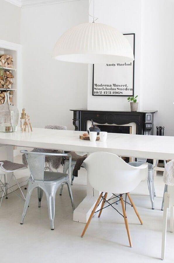 sala de jantar decorada com modelos diferentes de cadeira branca #cadeirabranca #cadeirabrancajantar #cadeirabrancaquarto