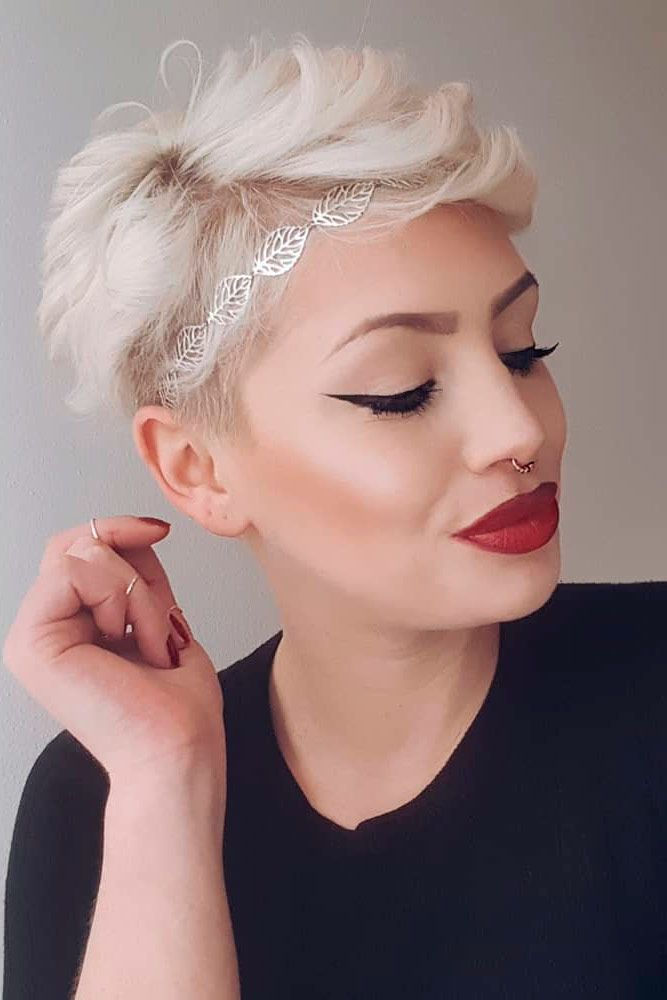 Blonde Short Hairstyles With Hairband #blondehair #shorthair ★ Discover trendy easy summer hairstyles 2019 here. We have pretty ideas for long, short, and for medium hair. #glaminati #lifestyle #summerhairstyles