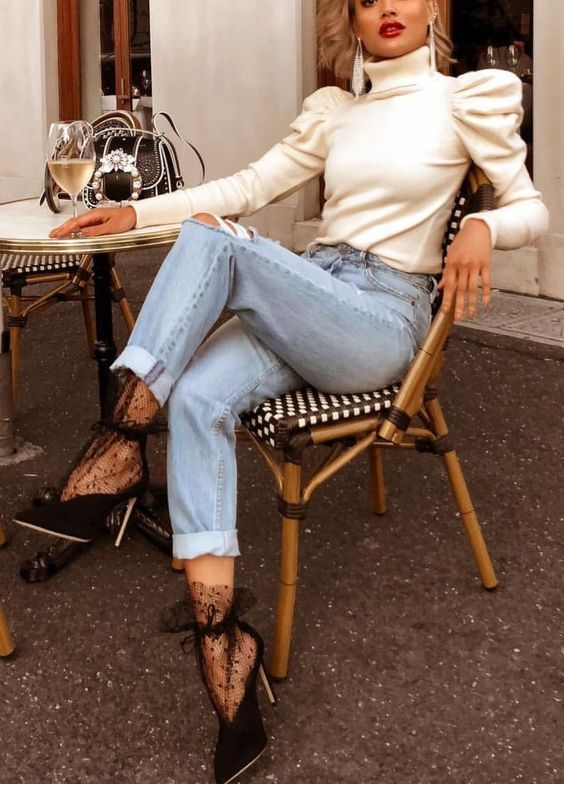 White blouse, jeans and black shoes