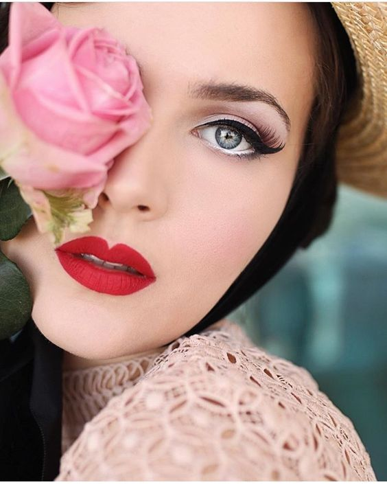 Cute retro makeup with red lips