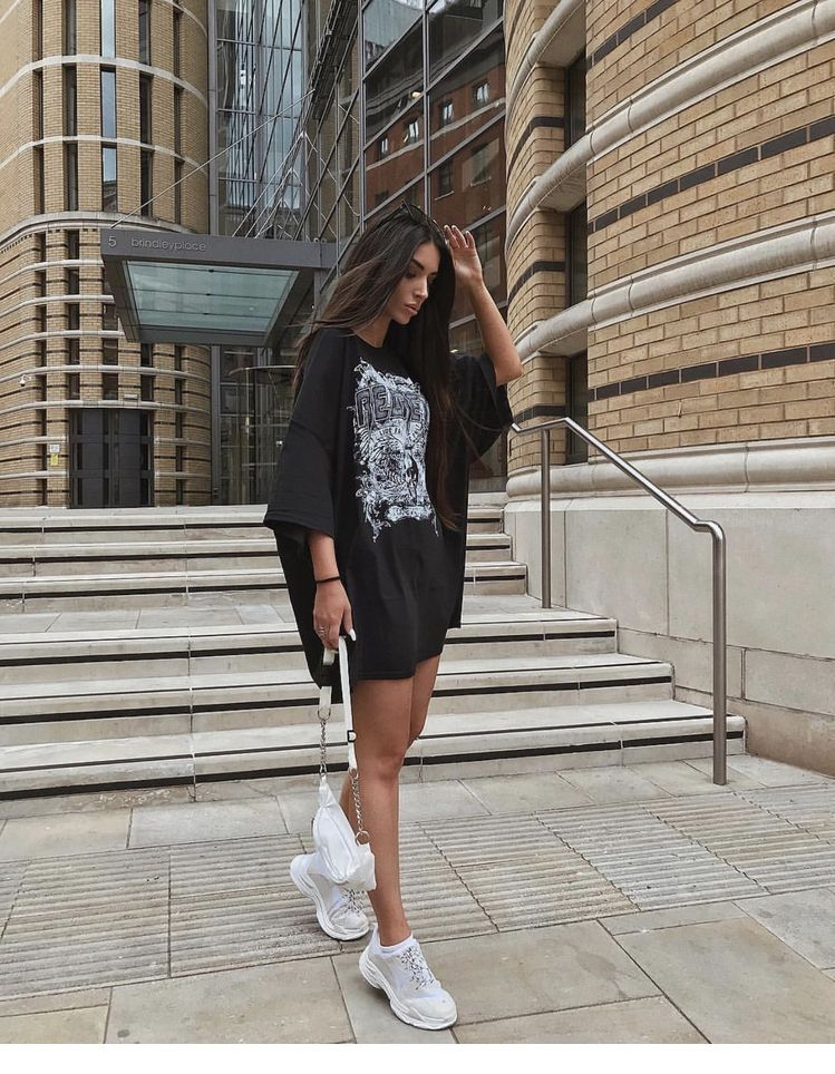 Oversize black shirt, sneakers