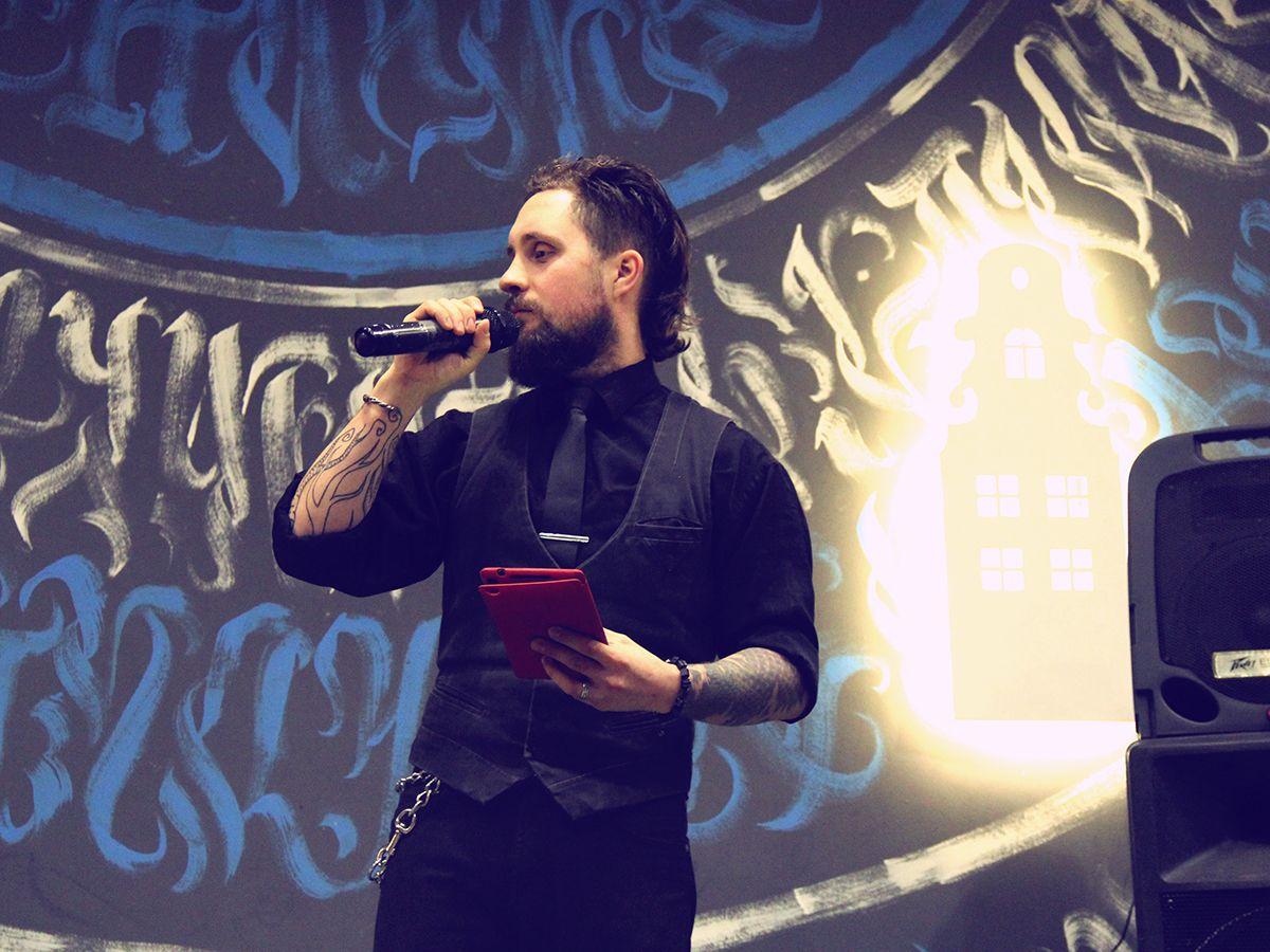 Джон на сцене закулисного квартирника в Арт-пространстве «Дом Культуры». Фото: Evgeniya Shveda